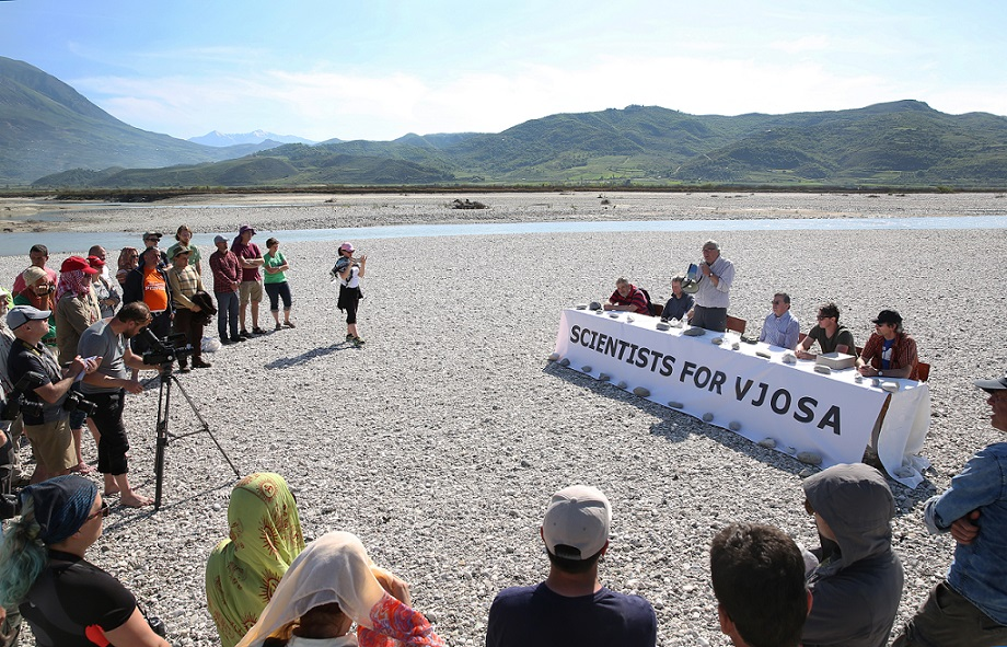 Unusual press conference on a Vjosa island: the scientists want to demonstrate how a sound EIA is to be planned out. © jens-steingaesser.de
